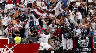 La afición del equipo manchego celebra un gol durante un partido de...
