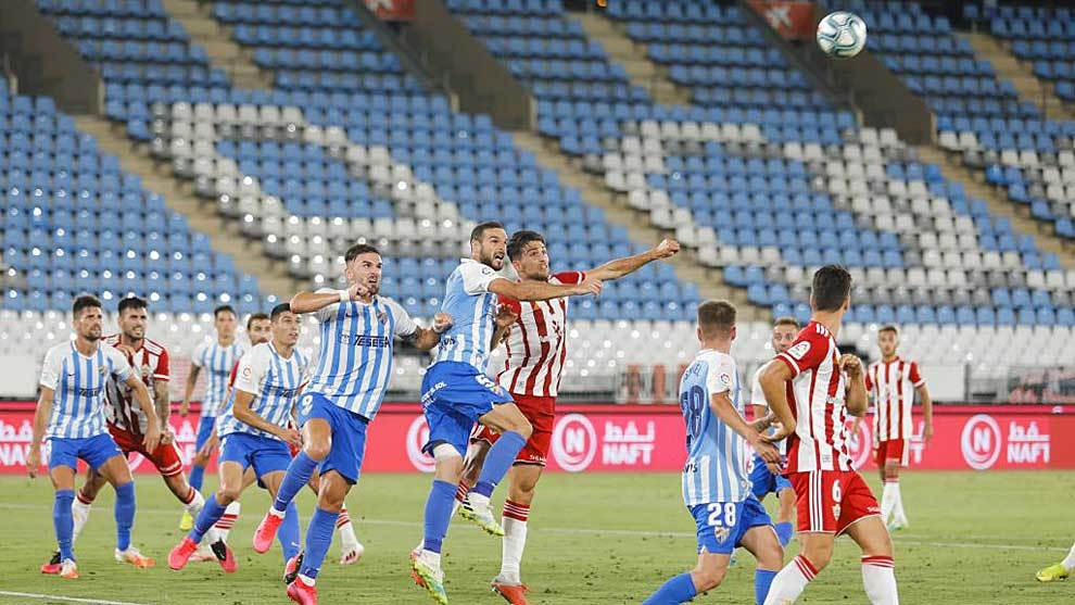 Juan Ibiza disputa un balón aéreo con Lombán en el Almería-Málaga...