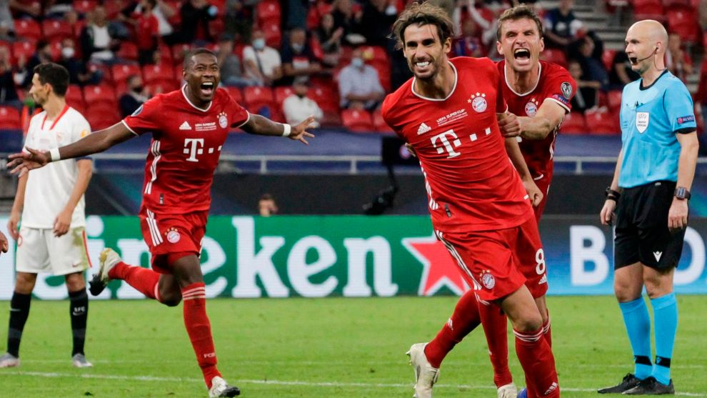 Bayern Munichs Spanish midfielder Javier lt;HIT gt;Martinez lt;/HIT gt; (2nd - R) celebrates scoring the 2-1 goal with his team-mates during extra time the UEFA Super Cup football match between FC Bayern Munich and Sevilla FC at the Puskas Arena in Budapest, Hungary on September 24, 2020. (Photo by BERNADETT SZABO / POOL / AFP)