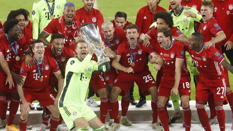 Budapest (Hungary), 24/09/2020.- Bayern Munich goalkeeper Manuel lt;HIT gt;Neuer lt;/HIT gt; (C) and teammates celebrate with the trophy after winning the UEFA Super Cup final between Bayern Munich and Sevilla FC at the Puskas Arena in Budapest, Hungary, 24 September 2020. (Hungría) EFE/EPA/Laszlo Balogh / POOL
