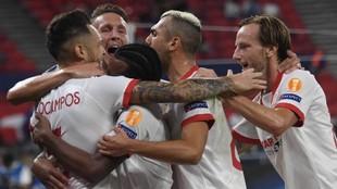 Los jugadores del Sevilla celebran un gol en la Supercopa ante el...