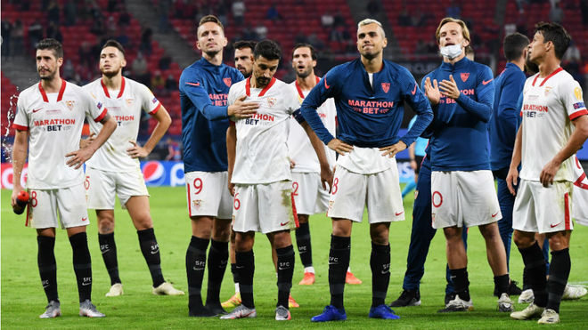 Los jugadores del Sevilla, tras la derrota.