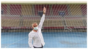 José Mourinho, bromeando con las medidas de la portería. Instagram...