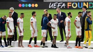 Los jugadores del Sevilla recibe la medalla de plata.