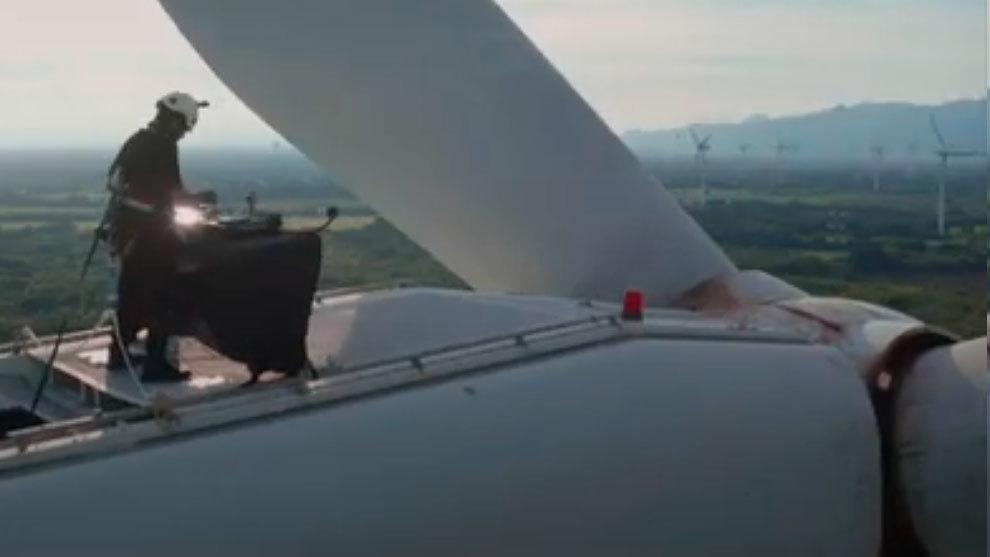 Wally López, poniendo su música sobre el aerogenerador a 70 metros de altura.