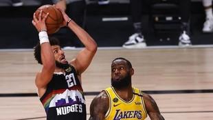 LeBron James defiende a Jamal Murray.