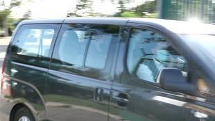 Luis Suárez, en el asiento de atrás, con la mascarilla negra.