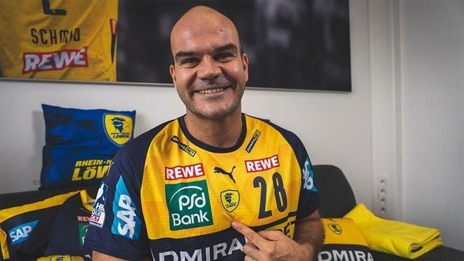 Rafael Baena posando con la camiseta del Rhein-Neckar-Löwen /