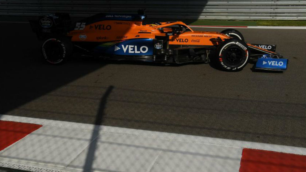 Carlos Sainz, con el McLaren MCL35, durante los Libres del GP de...