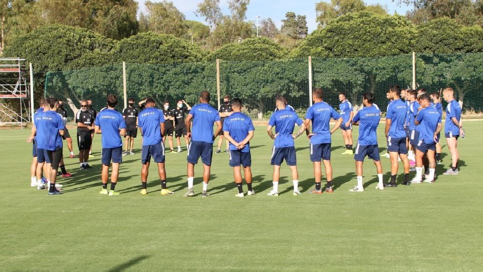 La plantilla del Cádiz durante una sesión de entrenamiento esta...