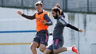 Isco disputa un balón con Kroos en el entrenamiento de esta mañana.