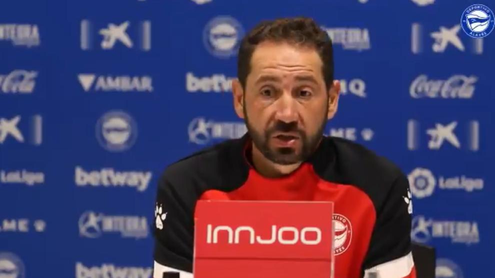 El entrenador del Alavés, durante la rueda de prensa de hoy.