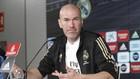 Zidane atiende a los medios en la sala de prensa de Valdebebas.