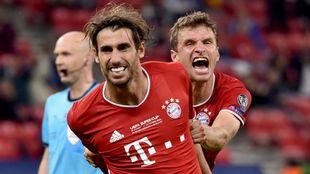 Javi Martínez celebra con Müller el gol que dio al Bayern la...