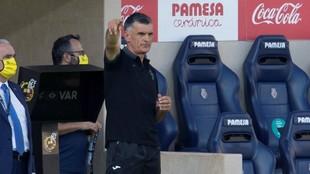 Jose Luis Mendilibar dando instrucciones durante un partido esta...