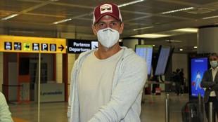 Fernando Verdasco posa con mascarilla en un aeropuerto italiano.