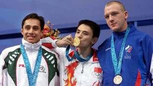 Fernando Platas con los medallistas olímpicos del trampolín de 3m en...