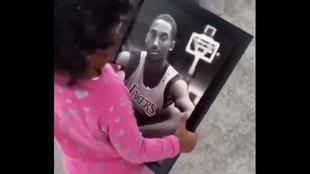 Te emocionará muchísimo: la pequeña de Kobe Bryant no se separa de la imagen su padre