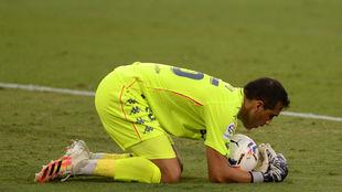 Claudio Bravo atrapa un balón frente al Valladolid