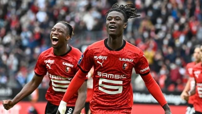 Eduarco Camavinga (17) celebra un gol con sus compañeros del Rennes.