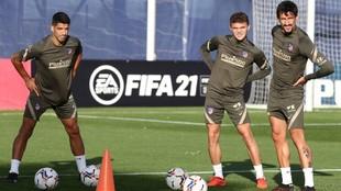 Luis Suárez, junto a Trippier y Savic en el entrenamiento.