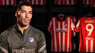 Luis Suárez posa junto a las camisetas del Atlético.