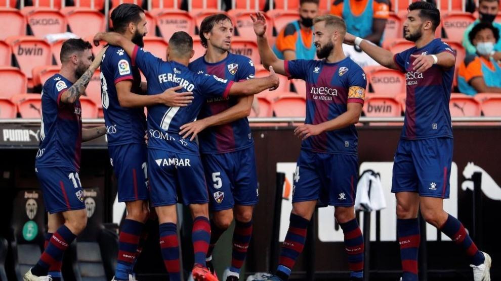 Los jugadores del Huesca celebran el gol del empate de Siovas.