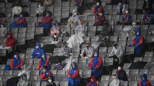 Espectadores durante un partido de fútbol en el Ajinomoto stadium de...