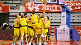 Los jugadores del Iberostar Tenerife se abrazan después de la...