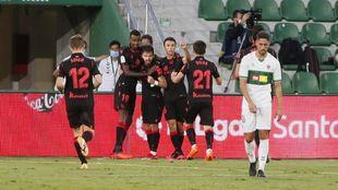 Los jugadores de la Real celebran el gol de Portu.