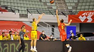 Sasu Salin lanza un triple ante el UCAM Murcia.