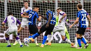 Lukaku lanza a portería durante el partido entre el Inter y la...