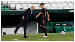 Jovic y Zidane se saludan tras el cambio del serbio,