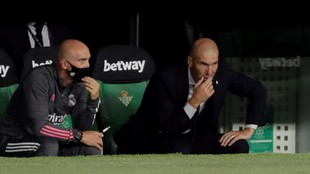 Zinedine Zidane en el banquillo del Benito Villamarín.