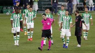 Los jugadores del Betis protestando al árbitro