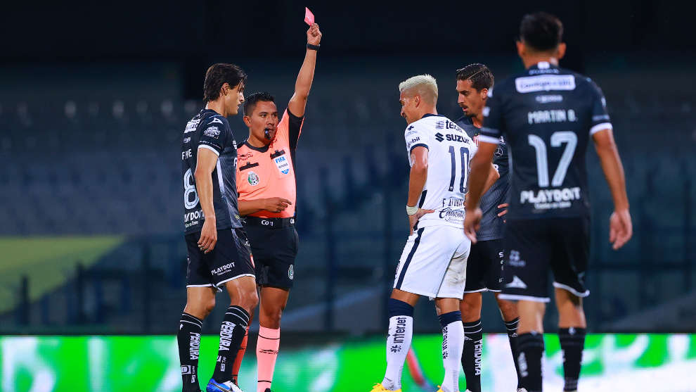 Favio Álvarez recibió la tarjeta roja en el duelo ante el Necaxa. |