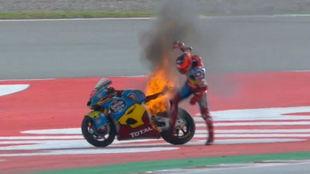 Augusto, y su Kalex, en llamas en Barcelona.