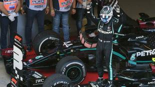 Valtteri Bottas celebra su victoria en el GP de Rusia 2020.