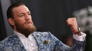 Conor McGregor alza el puño.