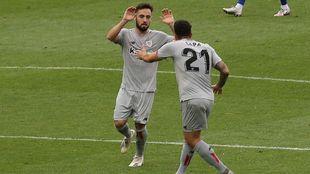 Unai López y Capa se felicita tras el gol de la victoria. Goleador y...