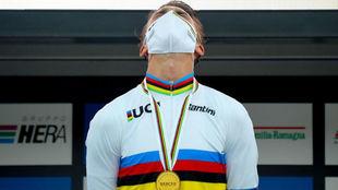 Julian Alaphilippe, con el maillot arcoíris y la medalla de oro.