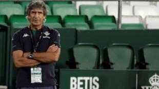 Manuel Pellegrini con gesto serio durante el partido Betis-Real...