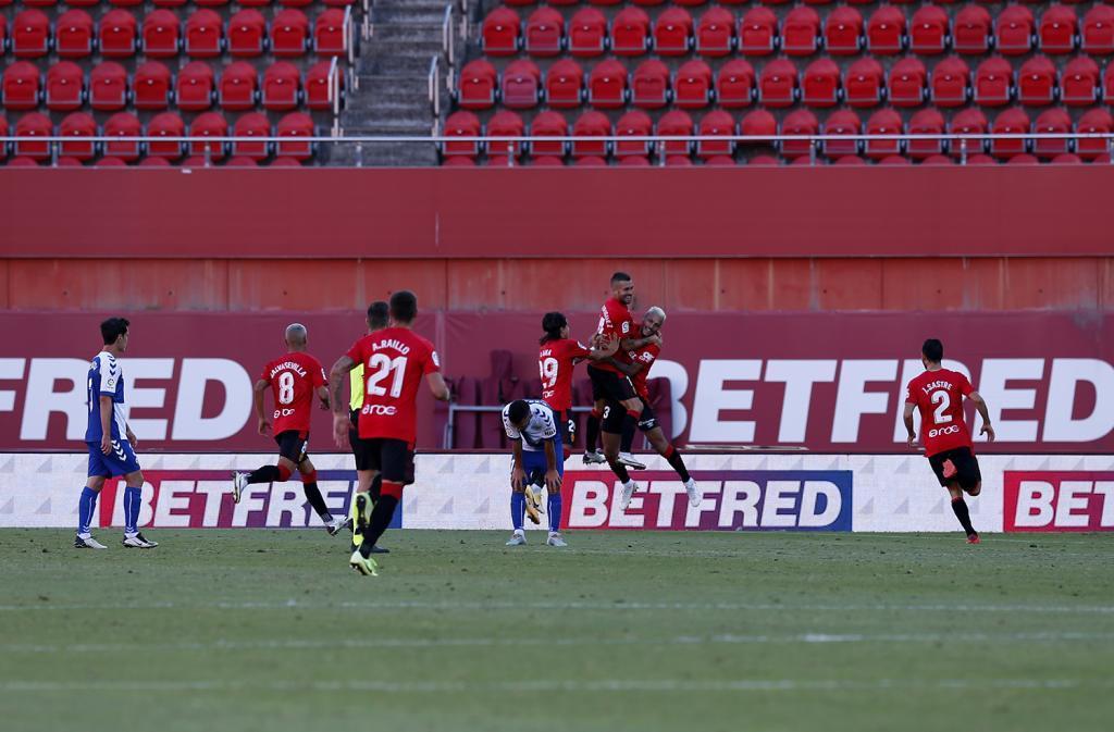 Dani Rodríguez celebra con sus compañeros el postrero gol de la...