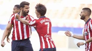 Diego Costa, autor del primer gol del Atlético, festeja su tanto con...