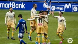 Raúl de Tomás celebra con sus compañeros su primer gol al Oviedo