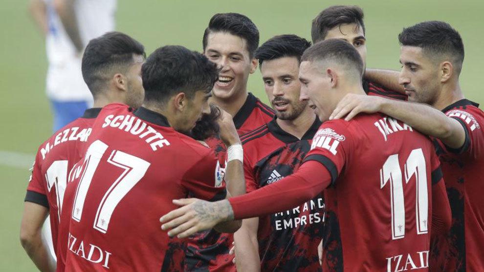 Los jugadores del Mirandés celebran el tanto de la victoria en el...