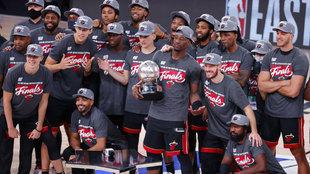 Los Heat posan con el trofeo que les acredita como campeones de la...