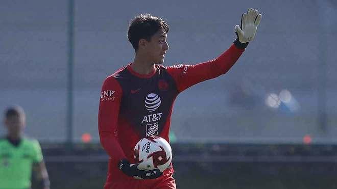 Tapia, en acción con el América en el Clásico Joven en la sub 20.