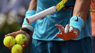 Nadal, con tres pelotas de Roland Garros