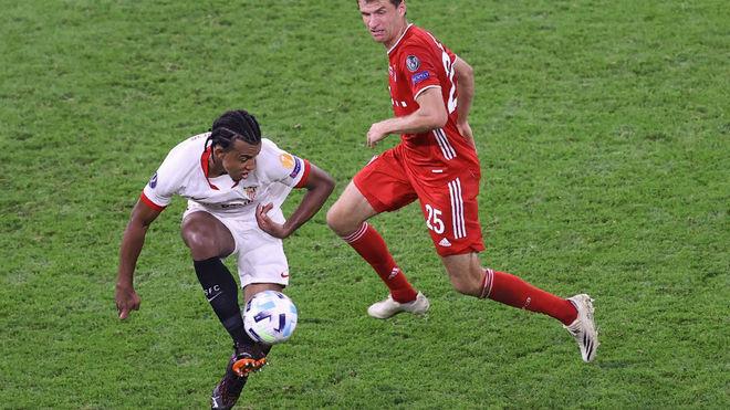 Kounde en la Final de la Supercopa de Europa 2020 contra Muller